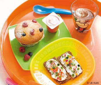 Himbeer-Heidelbeer-Muffin, Vollkornbrot, Fruchtzwerg und Kakao