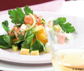Avocado-Orangen-Salat mit marinierten Lachswürfeln