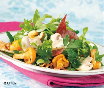 Salat mit Nüssen und Champignons