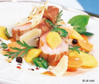 Schweinsmedaillons mit Wurzelwerk und Bergkäse-Sauce