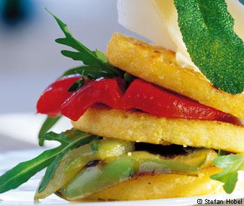 Polentatürmchen mit Salbei und Paprika