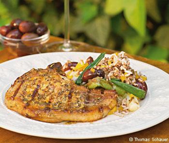 Schweinskotelett in mediterraner Marinade mit Frühlingszwiebeln und Oliven-Reissalat