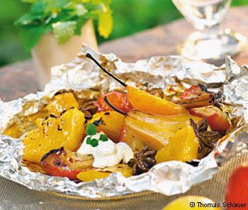 Früchte in Honigmarinade, in der Folie gegrillt, mit Vanille-Holunder-Sauerrahm
