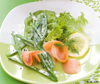 Räucherlachs mit Dillrahmfisolen im grünen Salatbett