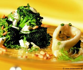 Vogerlsalat mit Putenstreifen, Avocado und Pinienkernen