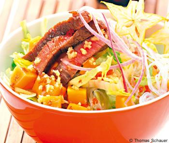 Glasnudelsalat mit Rindfleisch, Papaya und Karambole