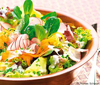 Sommersalat mit Knoblauchbaguette
