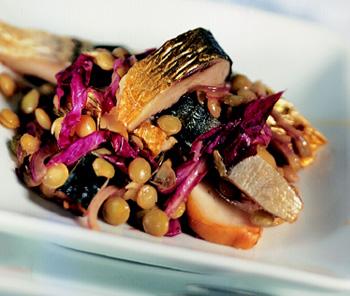 Linsensalat mit Räucherfisch und gebratenen Speckwürfeln