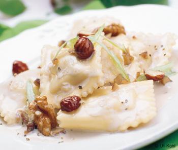 Maroni-Ravioli mit Nusssauce und Blattsalat