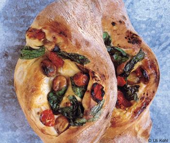 Italienisches Brot mit Tomaten, Knoblauch und Basilikum
