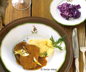 Geschmorter Hirschbraten mit Petersilwurzelpüree und Rotkrautsalat