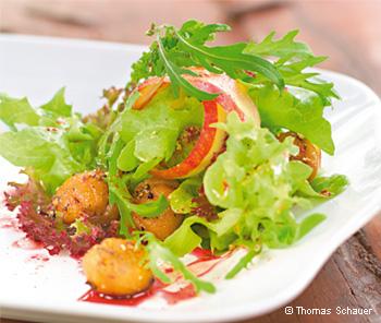 In Pfeffer glacierte Maroni mit Blattsalat und Apfelstreifen
