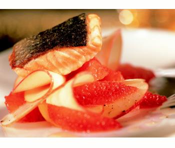 Apfelcarpaccio mit rosa Grapefruit und Lachs