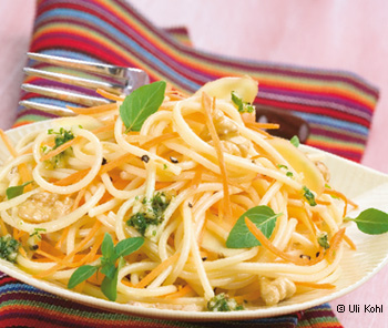 Spaghetti mit Ingwer, Karotte und Walnuss-Basilikum-Pesto
