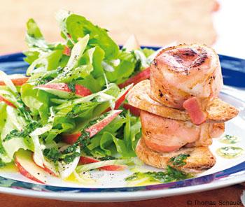 Salat mit Ziegenfrischkäse im Speckmantel