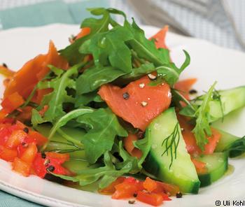 Lauwarmer Salat vom Räucherlachs mit roter Paprikasauce