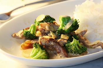 Geschnetzeltes mit Broccoli, Mandeln und Basmatireis