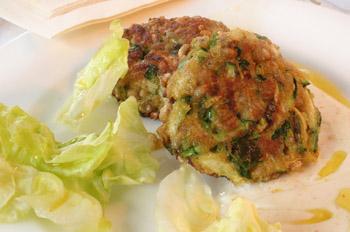Zucchini-Weizen-Puffer mit Joghurtdip