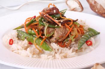 Schweinefleisch und asiatisches Gemüse aus dem Wok