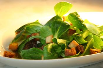 Vogerlsalat mit gebratenem Tofu und Brotcroutons