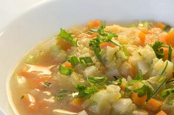 Gemüsesuppe mit roten Linsen